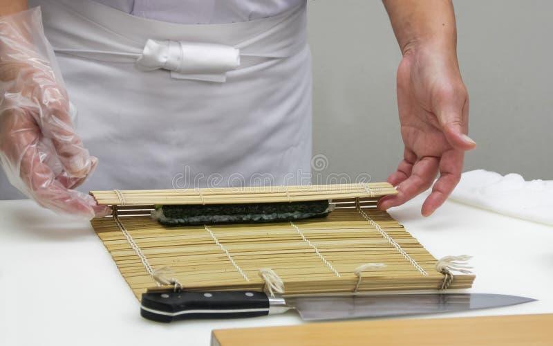 Шеф-повар делает тонкие крены (9) стоковое фото rf