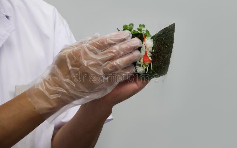 Шеф-повар делает традиционные японские крены (12) стоковое изображение rf