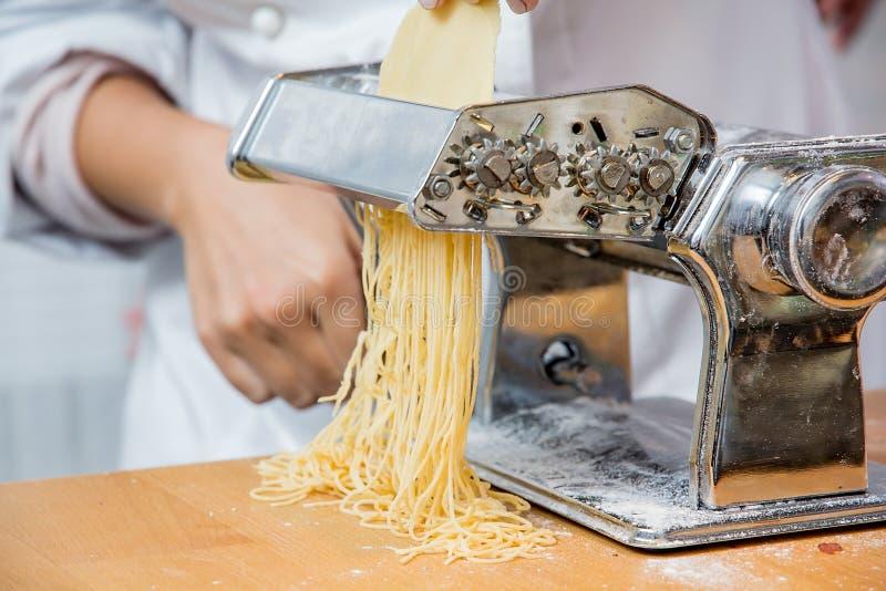 Шеф-повар делая макаронные изделия стоковая фотография rf