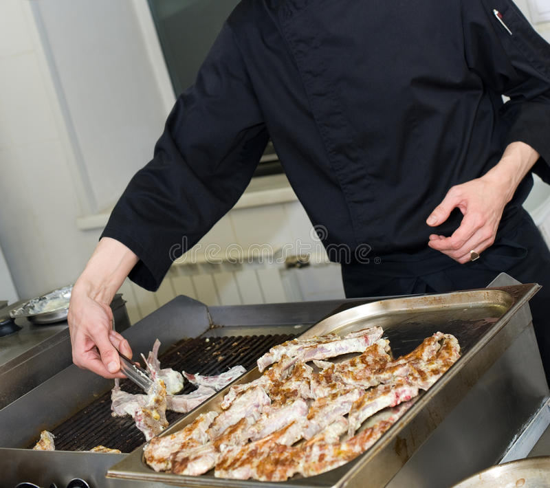 шеф-повар жжет мясо стоковое фото