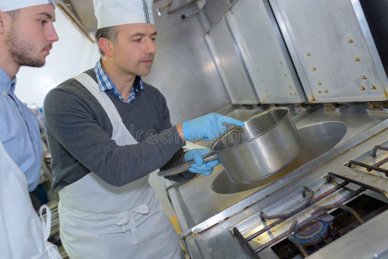 Шеф-повар и ассистент заведения стоковые фотографии rf