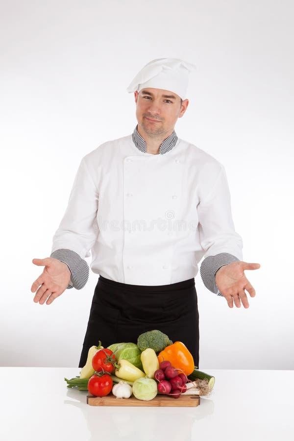 Шеф-повар и свежий овощ стоковые изображения