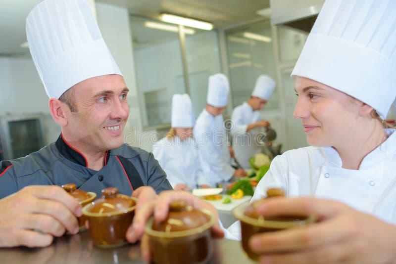 Шеф-повар и тренирующая держа баки ramekin стоковое изображение rf