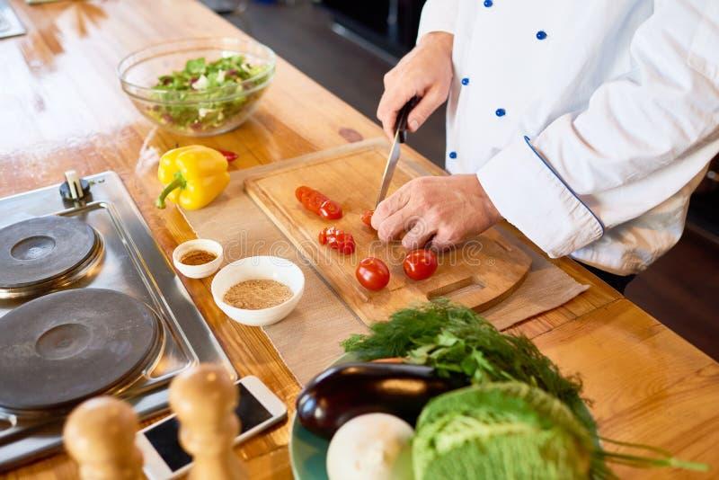 Шеф-повар обернутый вверх в работе стоковая фотография rf
