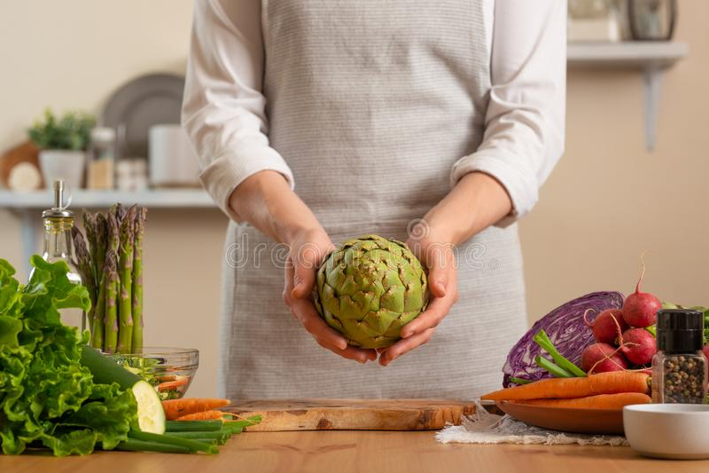 Шеф-повар подготавливая артишок Концепция теряя здоровой и полезной еды, вытрезвителя, vegan есть, диеты, варя Медленная еда, ком стоковое фото