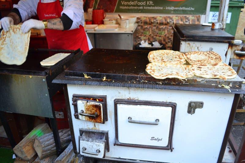 Шеф-повар подготавливая еду Будапешт стоковые изображения
