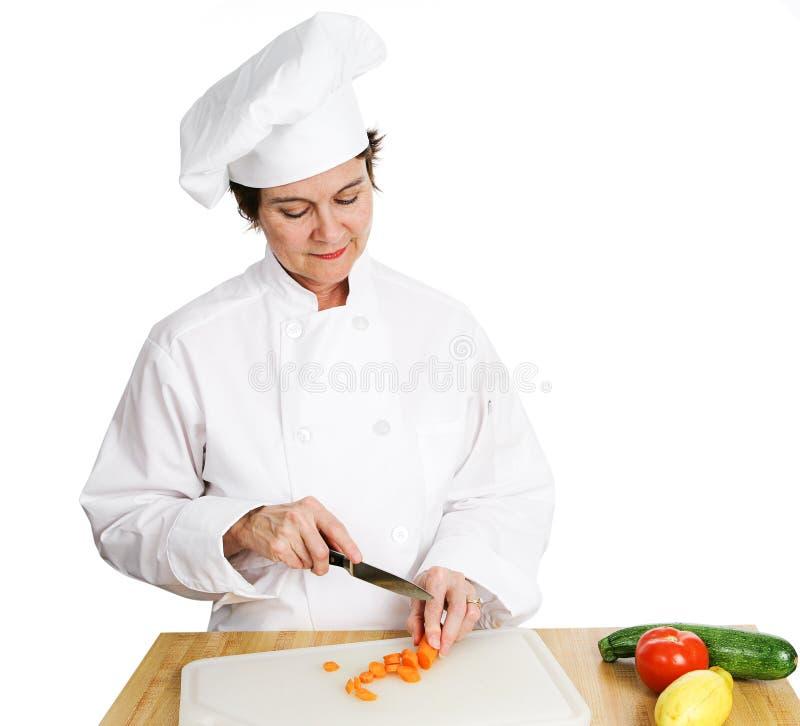 шеф-повар подготовляя овощи стоковые изображения