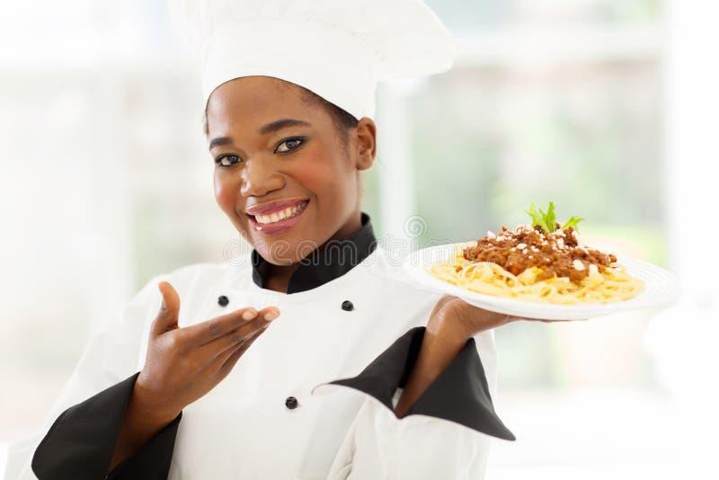 Шеф-повар представляя спагетти стоковые фотографии rf