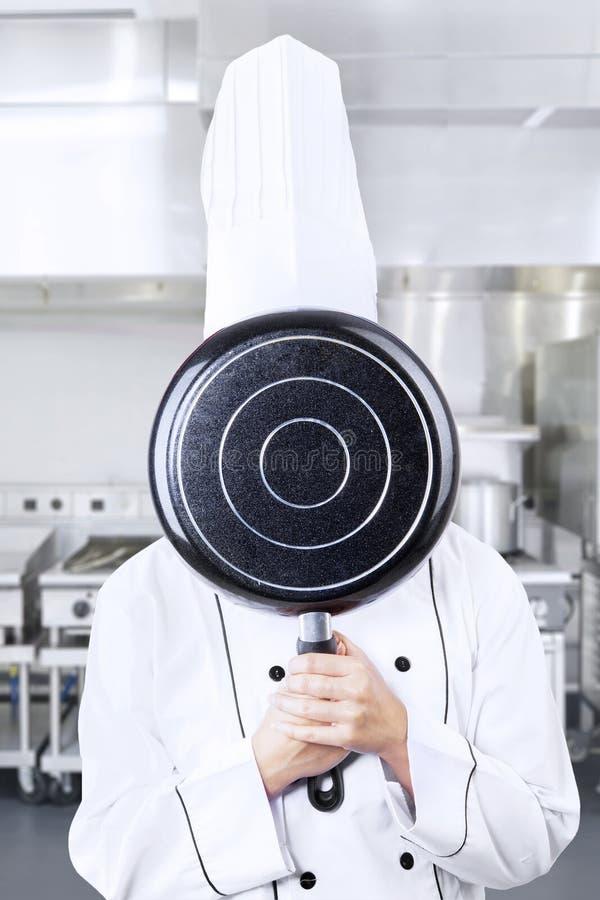 Шеф-повар за лотком на работе стоковые изображения