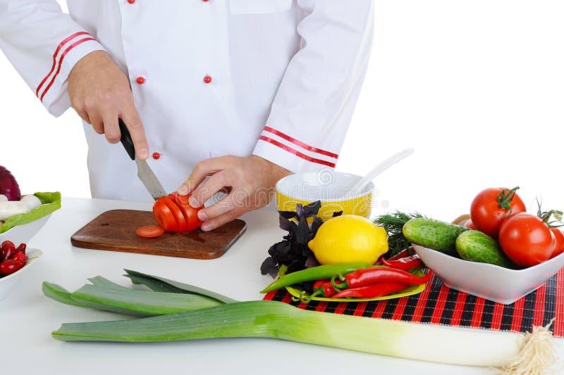 шеф-повар режет овощи стоковое изображение rf
