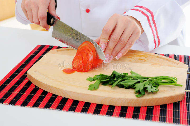 шеф-повар режет томат стоковое фото rf