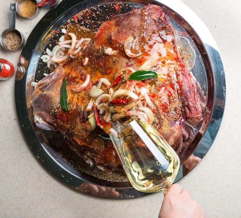 Шеф-повар marinating большая часть мяса стоковые фотографии rf