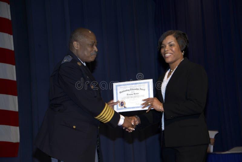 Шеф полиции дает награду гражданину стоковые изображения