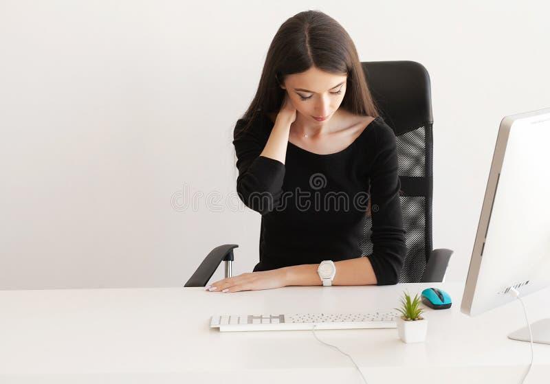 Шея боли Уставшая бизнес-леди держа ее шею стоковое фото