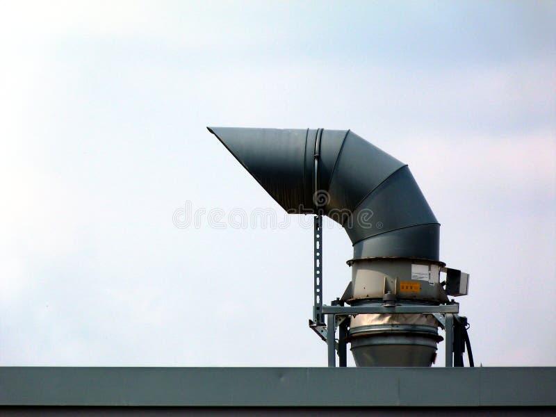 Шея гусыни сформировала механическую трубу сброса на верхней части крыши стоковое изображение