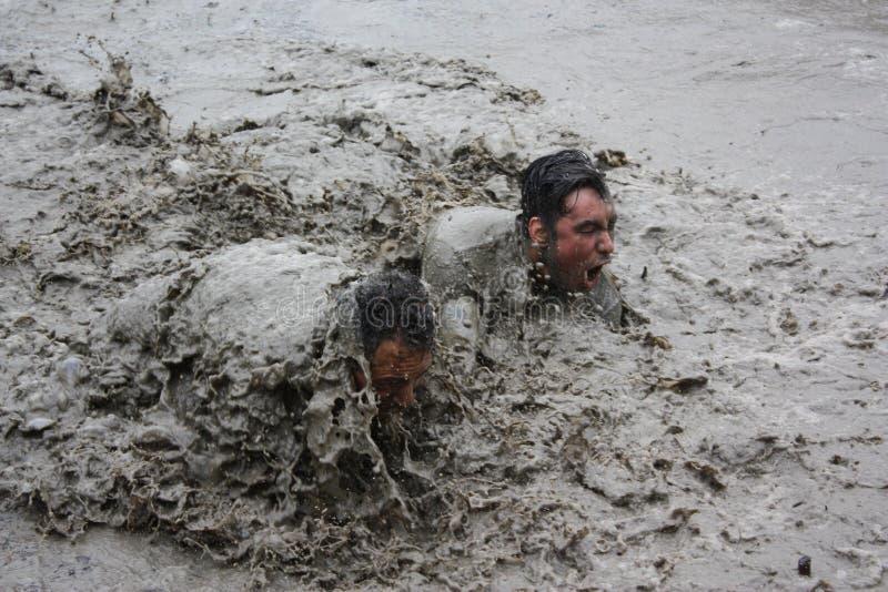 Download Шея глубоко в грязи редакционное изображение. изображение насчитывающей вода - 72635105