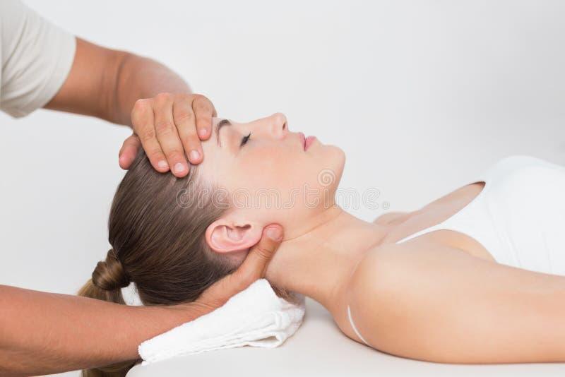 шея массажа получая женщину стоковые фотографии rf