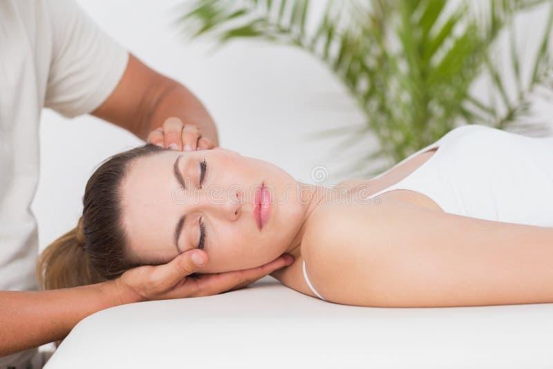 шея массажа получая женщину стоковые изображения