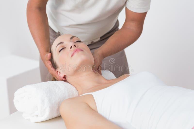 шея массажа получая женщину стоковые изображения rf