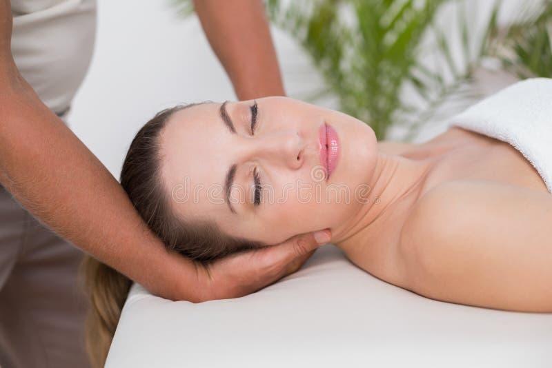 шея массажа получая женщину стоковая фотография rf