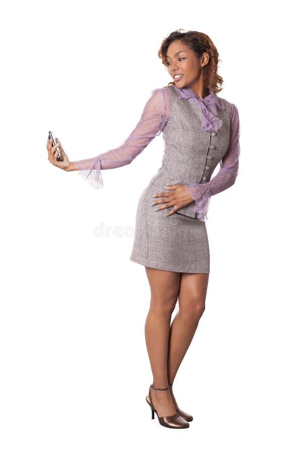 Милая женщина в юбке принимает автопортрет с ее телефоном. стоковые фото