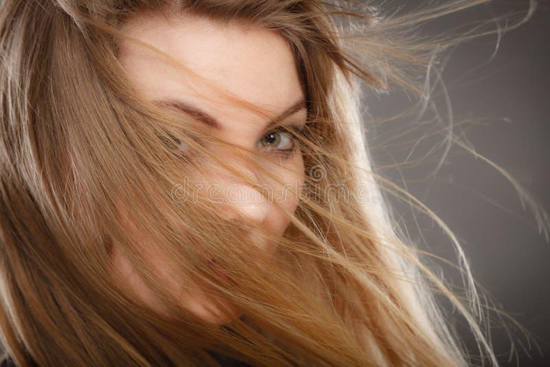 Шикарная белокурая женщина с открытыми развевая волосами стоковые фото