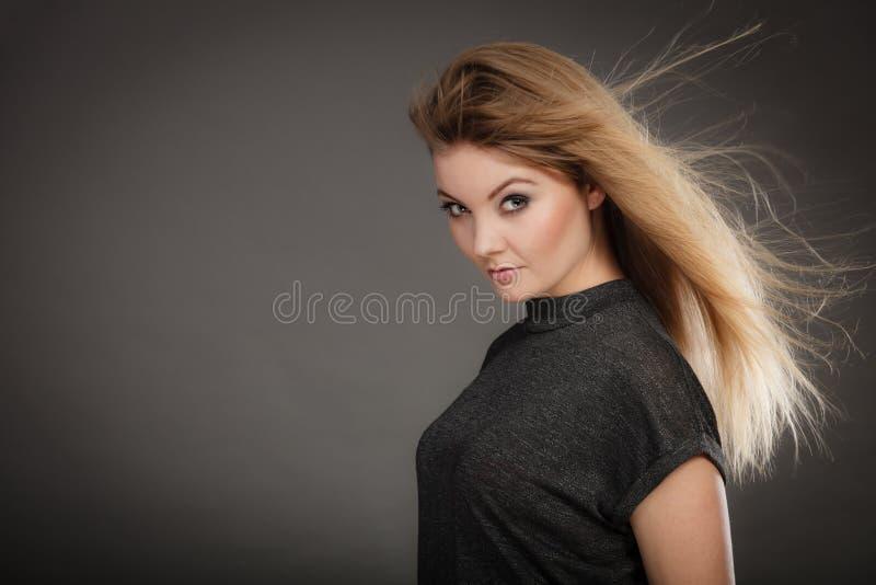 Шикарная белокурая женщина с открытыми развевая волосами стоковое изображение