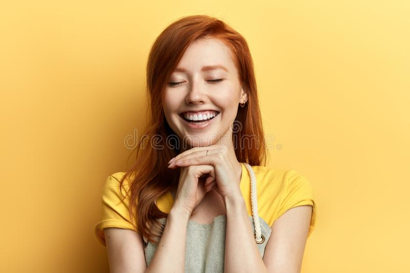 Шикарная девушка имбиря с закрытыми глазами смеясь на кто-нибудь стоковые фотографии rf