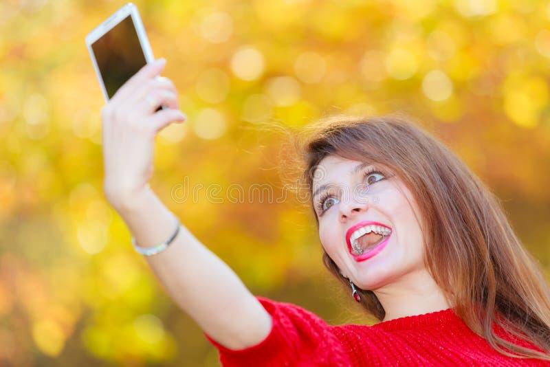 Шикарная девушка принимая selfie стоковые фотографии rf