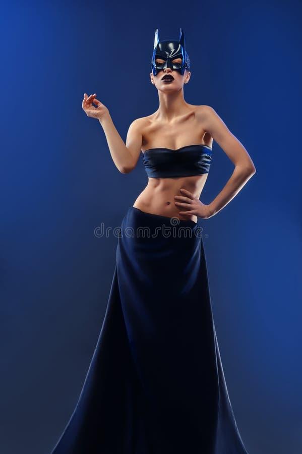 Шикарная женская фотомодель нося верхнюю и длинную черную юбку стоковое фото