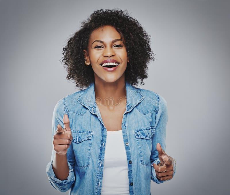 Шикарная женщина поя и показывать с пальцами стоковое фото