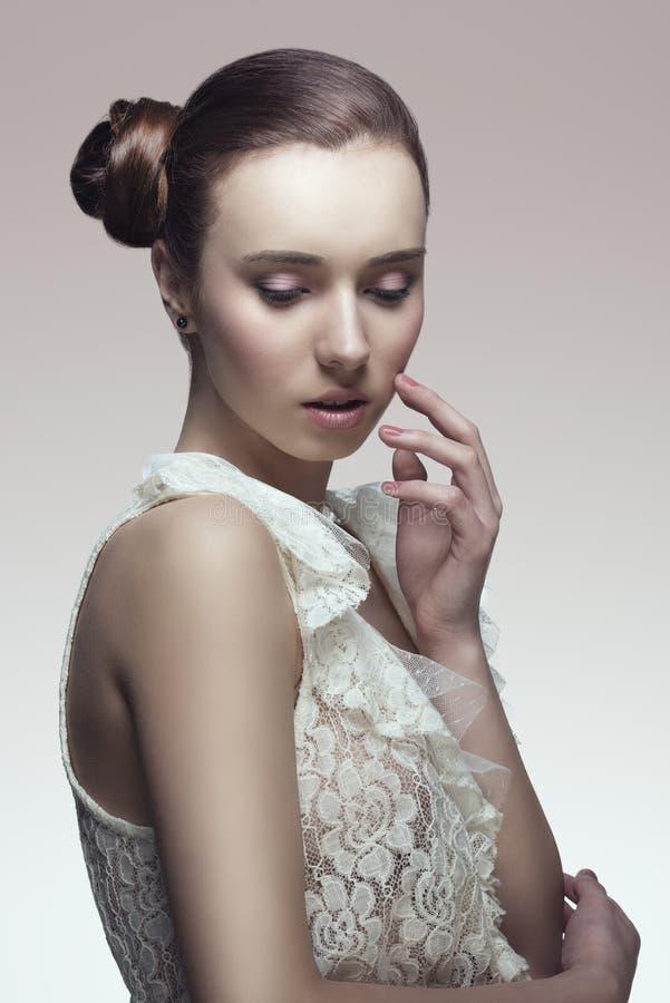 Шикарная женщина с более последним chignon стоковое фото