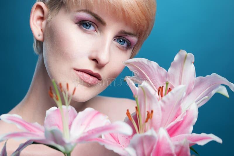 Шикарная женщина с пуком розовых лилий стоковое фото