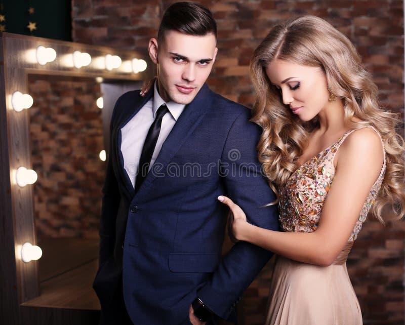 шикарная женщина с светлыми волосами и красивым человеком в элегантных одеждах стоковые фотографии rf