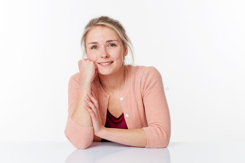 Шикарная женщина усмехаясь и выражая благополучие на работе стоковая фотография rf