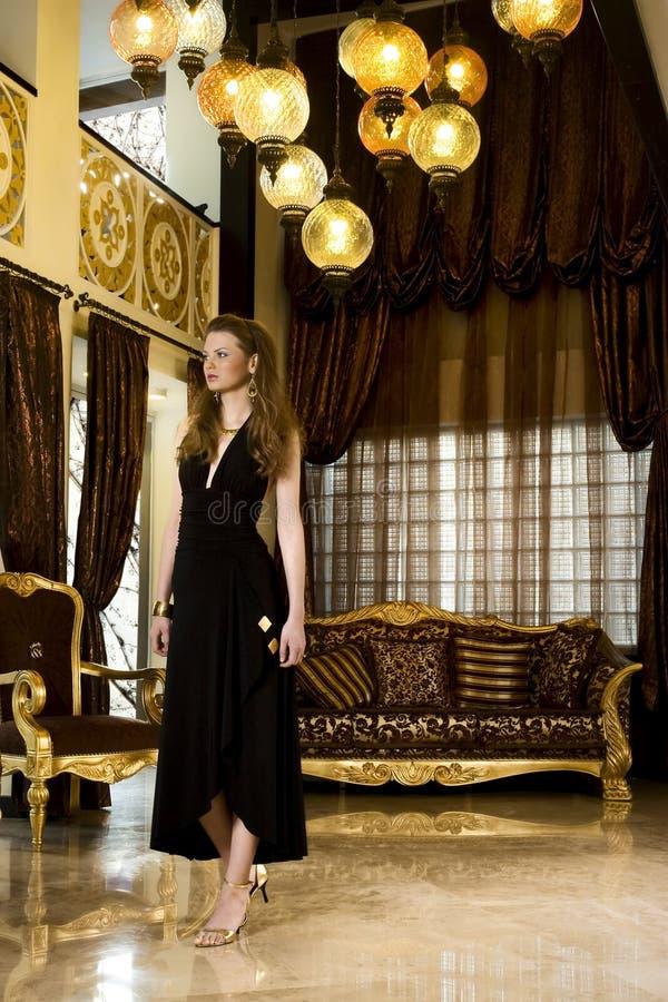 шикарная живущая роскошная женщина комнаты стоковое фото rf