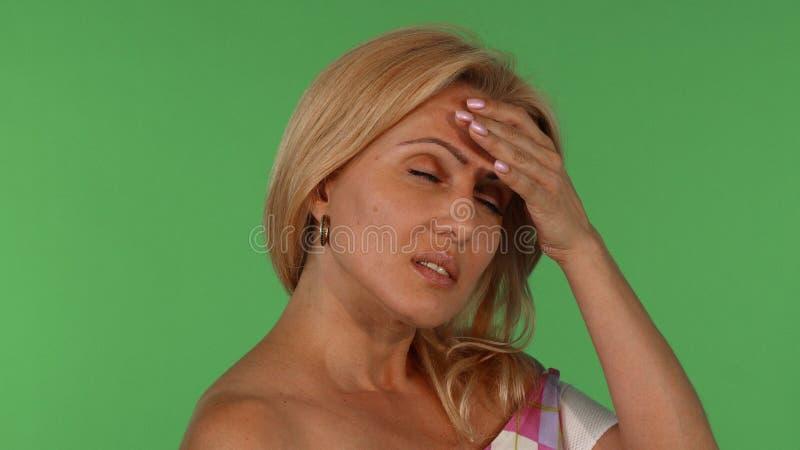 Шикарная зрелая женщина смотря утомленный после работы стоковые фотографии rf