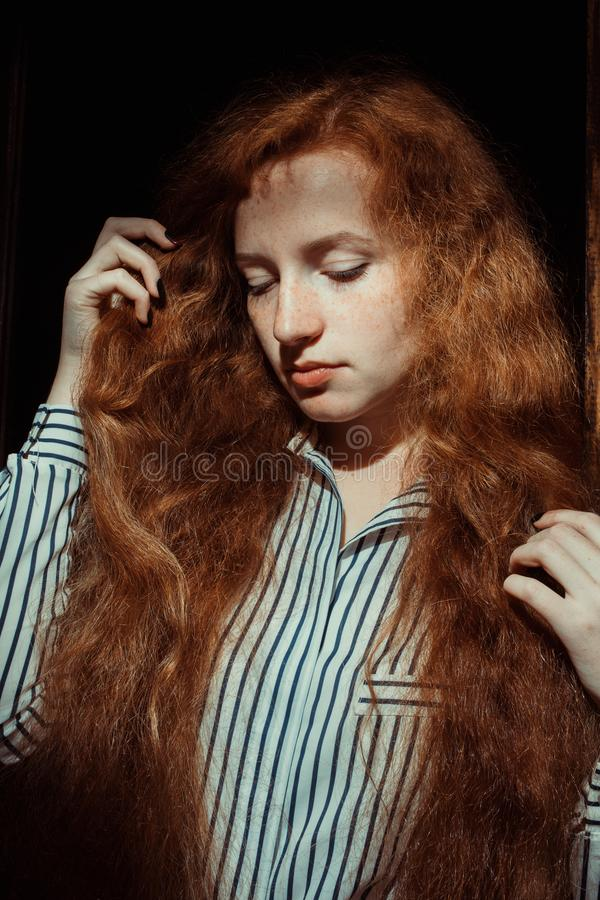 Шикарная красная с волосами модель с веснушками Женщина с тенью дальше он стоковые фотографии rf