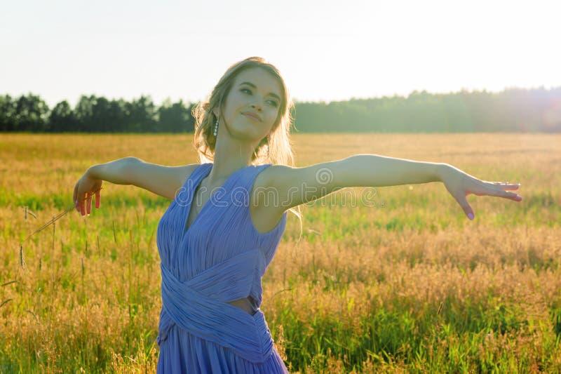 Шикарная маленькая девочка в красивом голубом платье в поле стоковая фотография rf