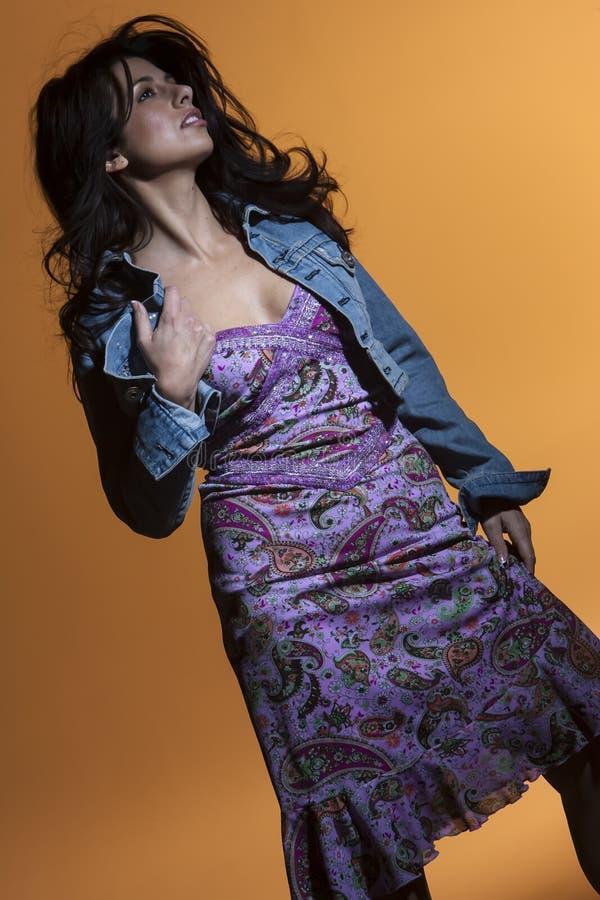 Шикарная модель брюнета представляет в окружающей среде студии стоковая фотография