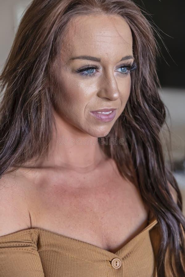 Шикарная модель женского белья брюнета ослабляя дома стоковое фото rf