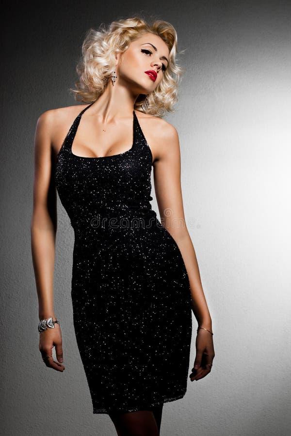 Шикарная модная женщина стоковое фото