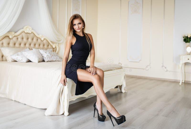Шикарная молодая женщина в сексуальном платье стоковая фотография rf