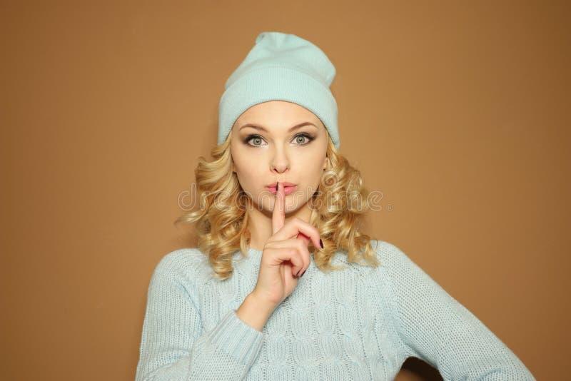 Шикарная молодая женщина делая shushing жест стоковая фотография rf