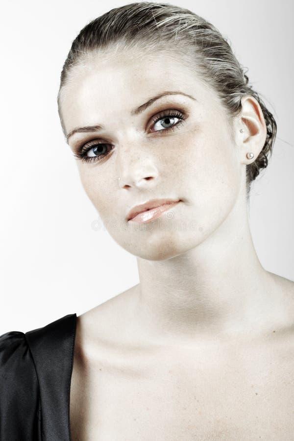 Шикарная молодая женщина смотря камеру стоковые изображения rf