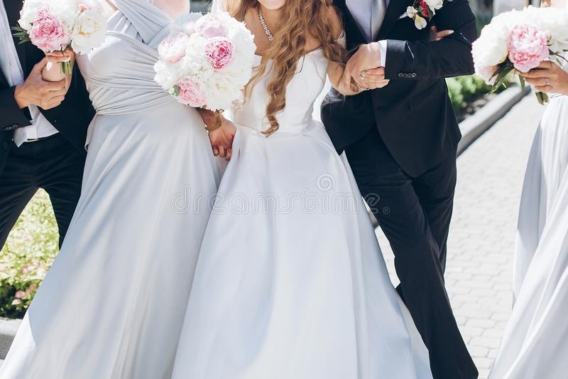Шикарная невеста с букетом пиона и стильный groom представляя в su стоковое фото