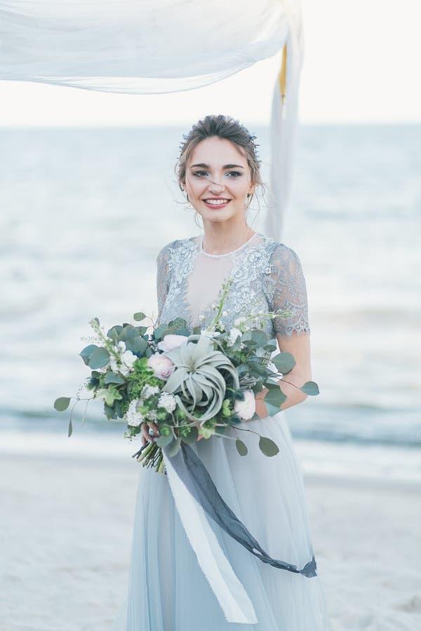 Шикарная невеста с букетом свадьбы морем стоковая фотография