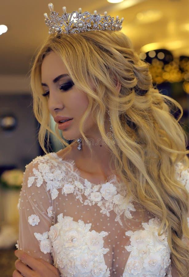 Шикарная невеста с светлыми волосами в роскошном платье свадьбы стоковые изображения rf