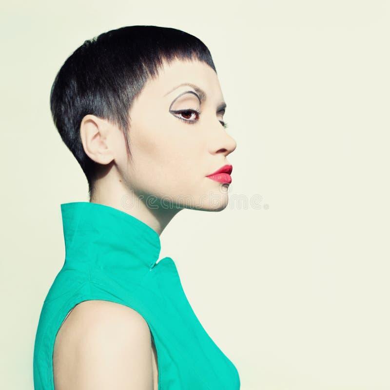 Шикарная повелительница с коротким стилем причёсок стоковые фотографии rf