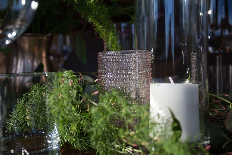 Шикарная таблица установленная с стеклами и свечами стоковое фото rf